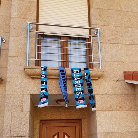 Infominho - Lluvia de bufandas en A Guarda para apoyar al Mecalia Atl. Guardés - INFOMIÑO - Informacion y noticias del Baixo Miño y Alrededores.