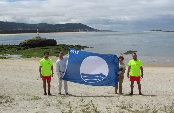 Infominho - O Alcalde e a Concelleira de Turismo izan as bandeiras dando comezo a temporada de verán nas praias da Guarda - INFOMIÑO - Informacion y noticias del Baixo Miño y Alrededores.