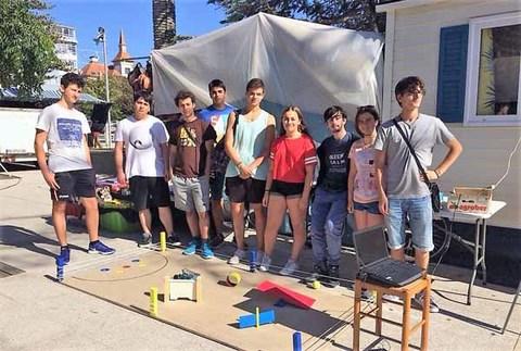 Infominho - Un grupo de alumnos da Sangriña amosan o seu robot na Alameda durante as Festas do Monte - INFOMIÑO - Informacion y noticias del Baixo Miño y Alrededores.